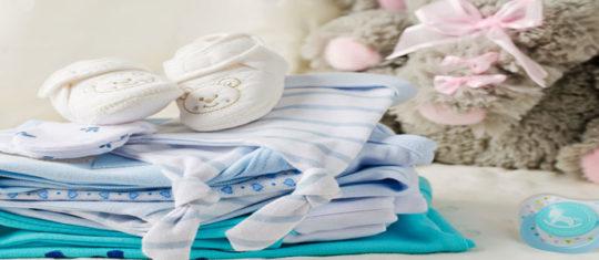 vêtements acheter et offrir à un nouveau-né
